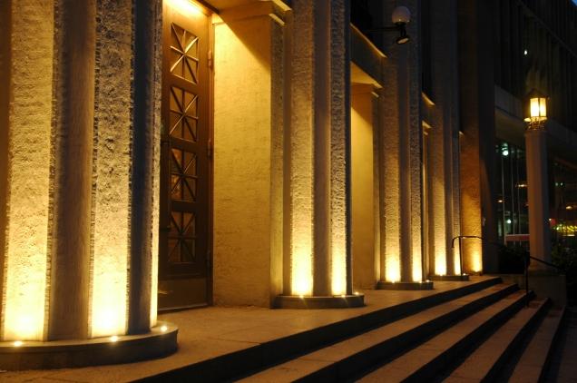 Detalj, belysning av kolonner vid huvudentré